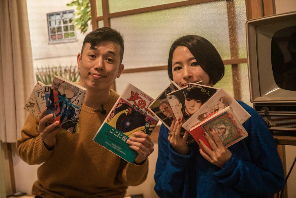 自身の選出作品を手にする高瀨(左)と塚田(右)